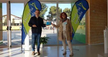 Ceina entrega el premio a la tutora más motivadora en el concurso EntreviSTEM